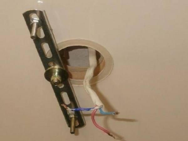 как прикрепить люстру к натяжному потолку без крюка старый аккумулятор еще