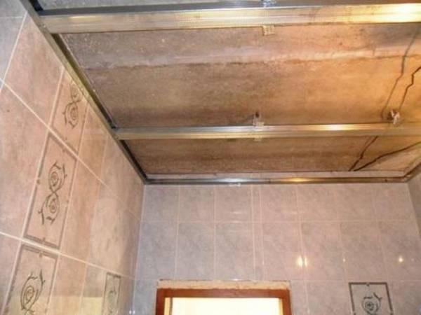 Установка подвесных потолков в ванной своими руками